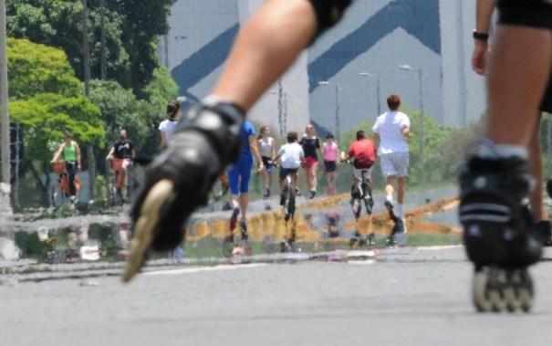 Ciclistas e pedestres usam Eixão do Lazer (Foto: Gabriel Jabur/GDF/Divulgação)