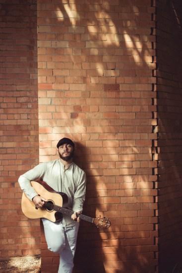 Eduardo de Paula leva canções inspiradas na Tropicália para show no Teatro Garagem - Foto: Diego Bresani