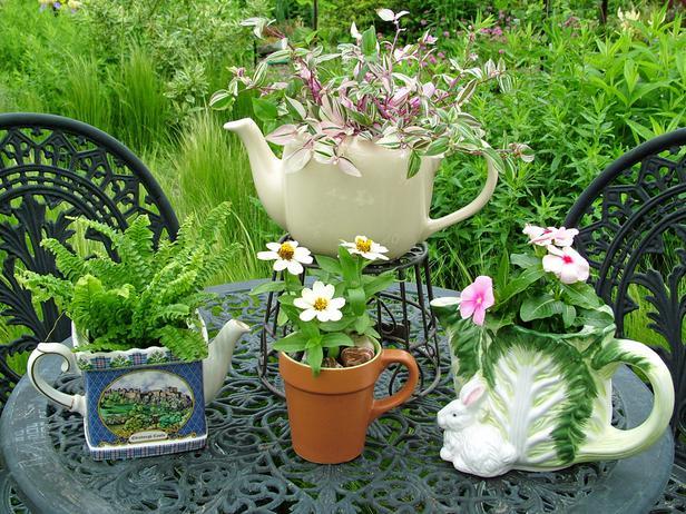 Le vecchie pentole, le stoviglie, i set da té, i vassoi e tutti i pezzi da cucina che non si utilizzano più possono essere ideali per creare fioriere o piccoli vasi
