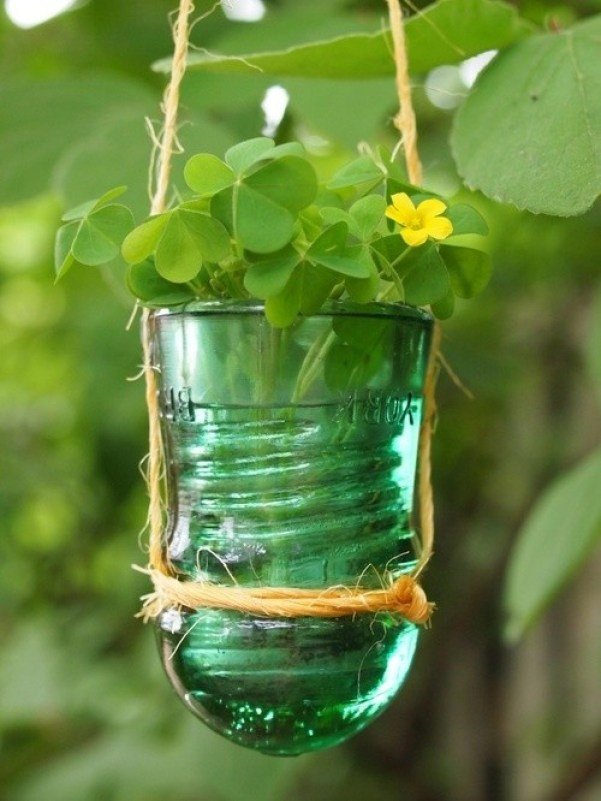 il contenitore è stato realizzato utilizzando vasi di vetro in stile vintage