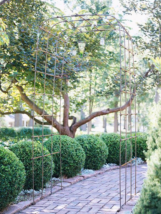 Un'altra idea stupenda per decorare il nostro giardino creando un'atmosfera davvero suggestiva è quella di inserire nel design del prato un pergolato
