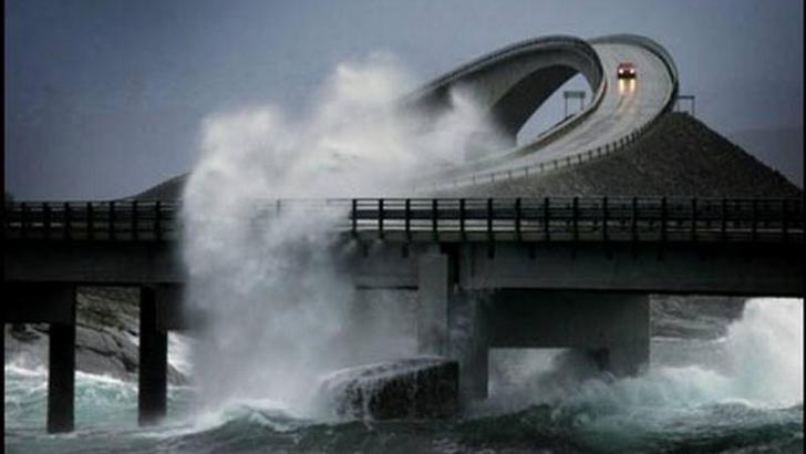 Divertido puente torcido en Noruega