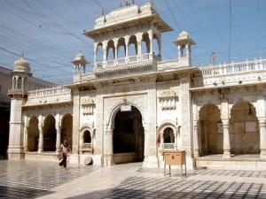 El templo de las ratas del Rajasthán - Templo-Karni-Mata-entrada-300x225