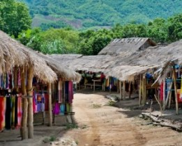 Karen Padagung, la aldea de las mujeres jirafa - Puestos-del-poblado-300x241