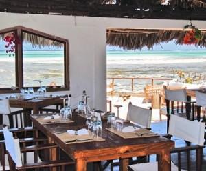 Comer en una roca dentro del mar - Interior-Rock-restaurant-300x248