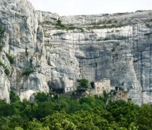 Refugiarse del calor en el bosque místico de Sainte- Baume - Gruta-de-Madaleine-300x257
