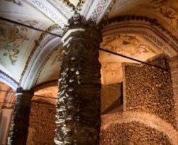 La capilla de los huesos (Portugal) - Evora_Capela-dos-ossos_detail-300x243