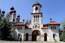 El pueblo medieval de Orhei (Moldavia) - el-monasterio-curchi-900x600-v1-300x200