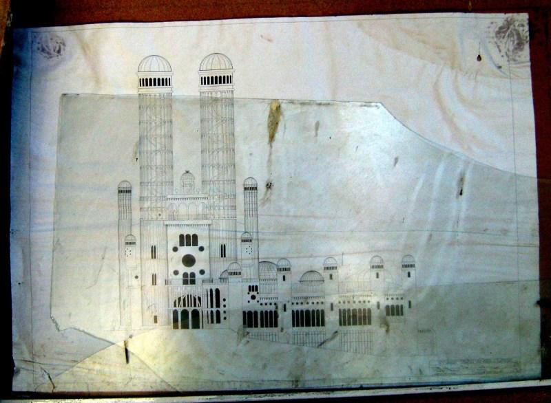 La Catedral de Justo - Planos de la Catedral de Justo, colgados de una pared de la nave