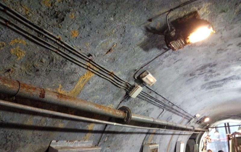 Tuberías de agua y aire, cables eléctricos y luminarias.