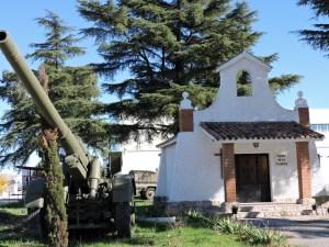 Museo de Carros de Combate - Capilla de la Purísima custodiada por un obús