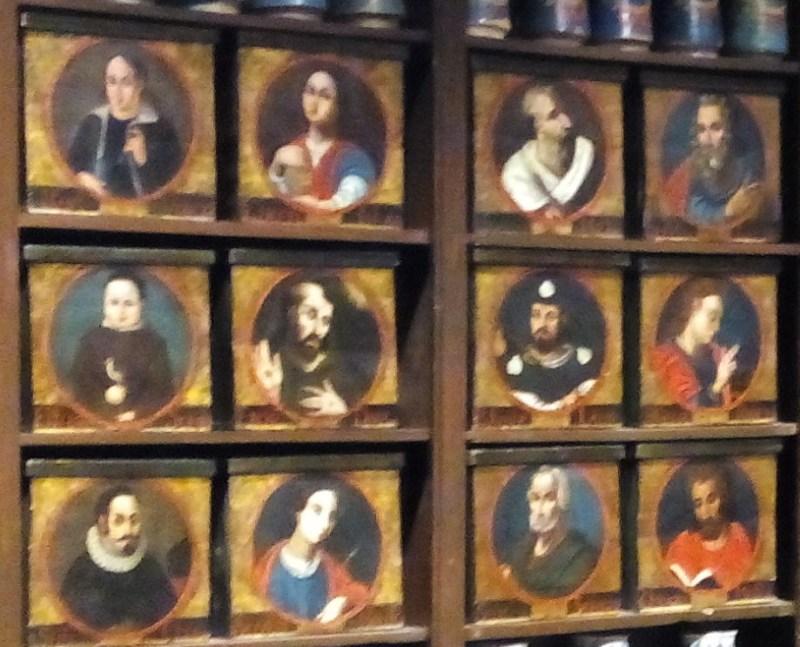 Farmacia Esteva. Cajas policromadas del Siglo XVIII.