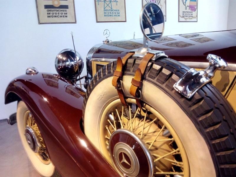 Museo Automovilístico - Retrovisor en las cinchas de la rueda