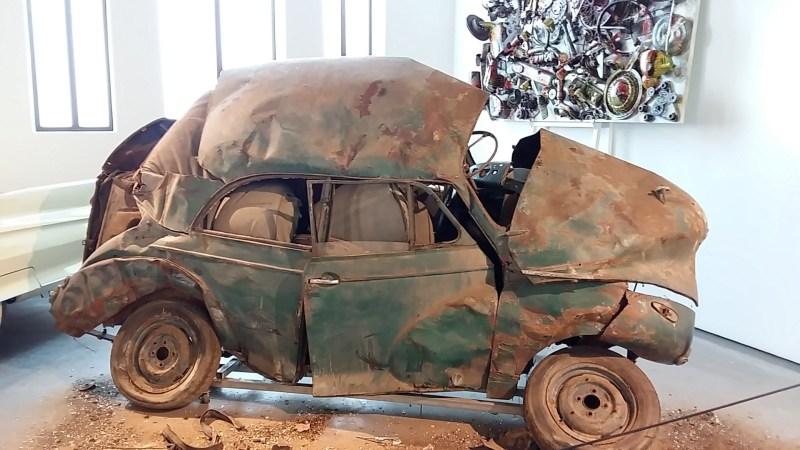 Museo Automovilístico - Escultura de vehículo destrozado