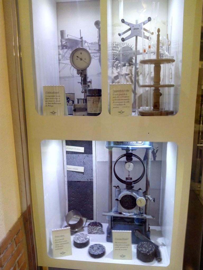 Museo de la Aviación - Vitrina en la que explican las características del betún usado en pista y el ensayo Marshall
