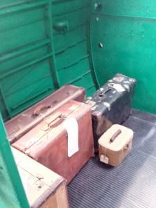 Museo de la Aviación - Los restauradores no han olvidado las maletas de los turistas :-)