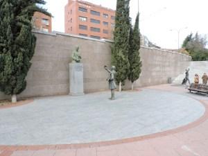 Fleming - La escultura se encuentra en el muro Oeste de la Plaza
