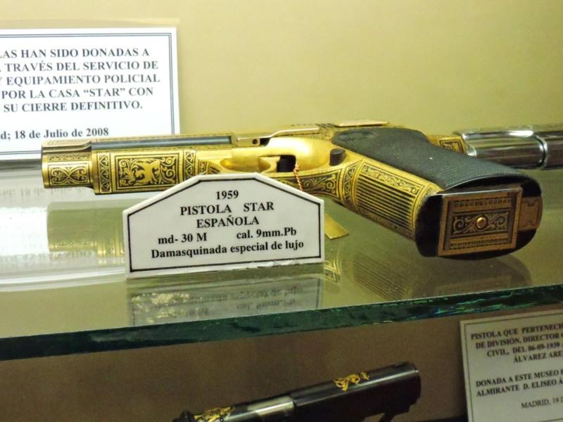 Museo de la Guardia Civil - Pistola STAR damasquinada. La casa STAR cerró en 1997, tras haber sido dirigida por el sindicato ELA (Imagen propiedad del Museo de la Guardia Civil)