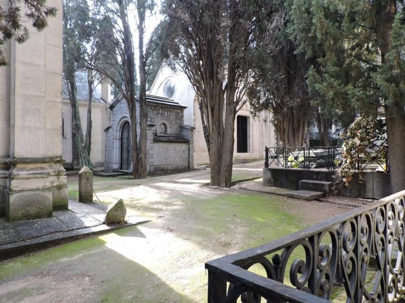 Tumba Ante Pavelic - Los panteones parecen casas de un pueblo