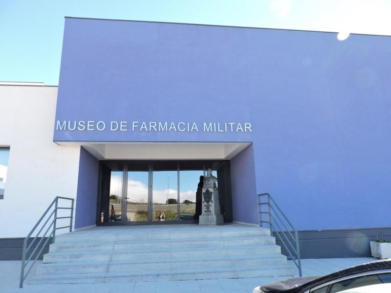Museo Farmacia Militar - Entrada al Museo de la Farmacia Militar, con la estatua de Mestre a la derecha.
