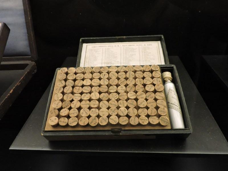 Museo Farmacia Militar - Caja con compuestos homeopáticos, muy populares en el Siglo XIX