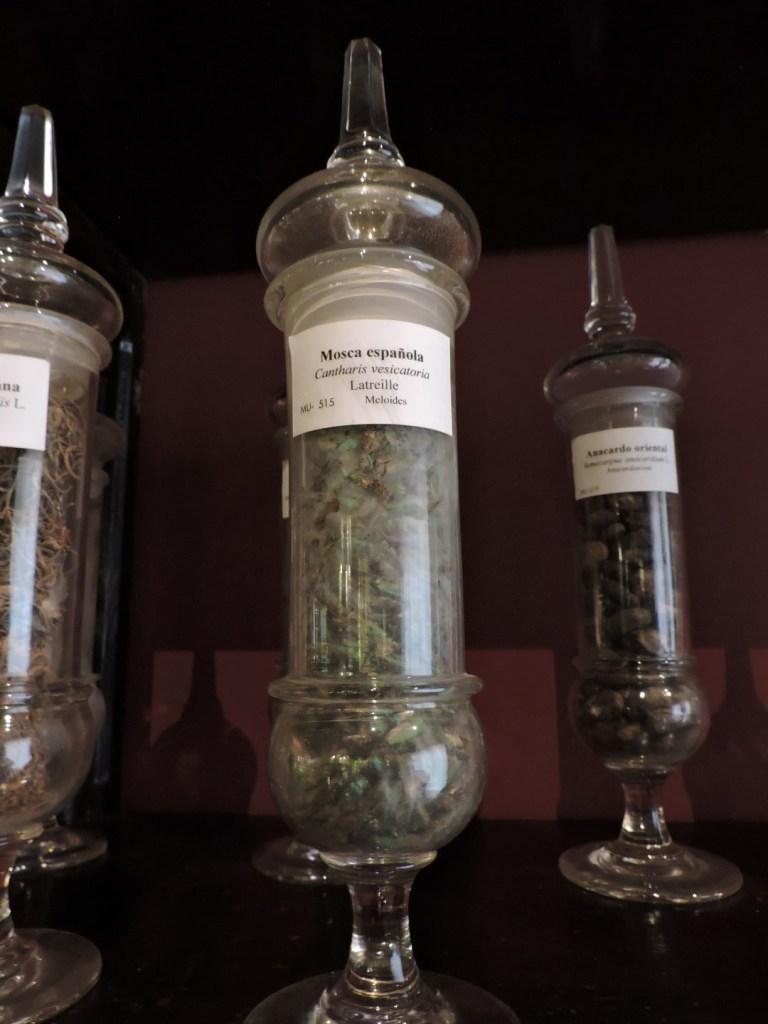 "Museo Farmacia Militar - Frasco de ""mosca española"", utilizada durante muchos siglos como afrodisiaco"