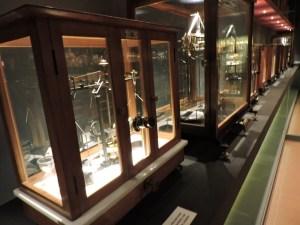 Museo Farmacia Militar - Sala con aparatos de fabricación y análisis