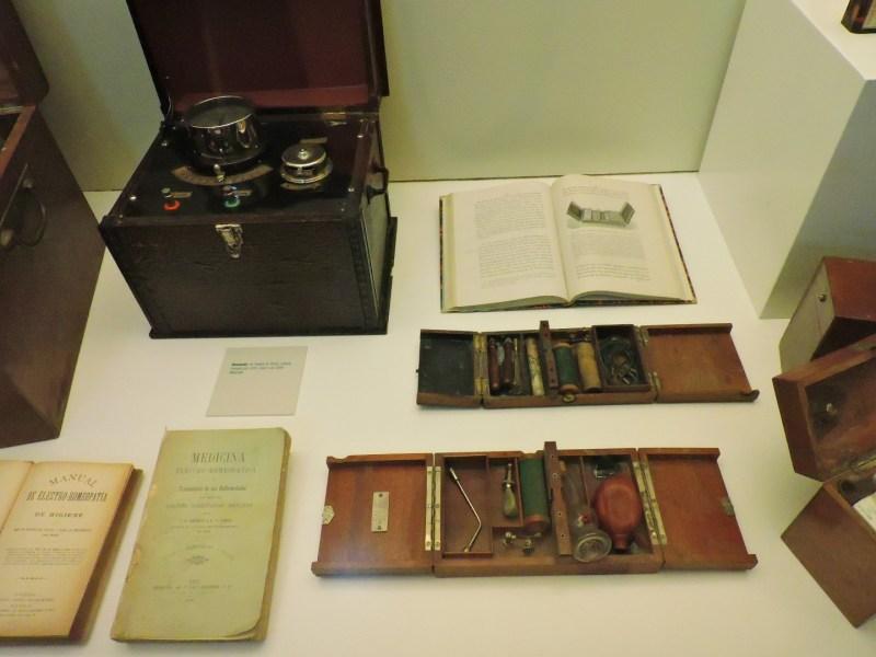 Museo de la Homeopatía - Aparatos y libros de electro-homeopatía.