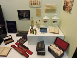 Museo de la Homeopatía - Distintos preparados homeopáticos... y una caja muy mona con vendas.