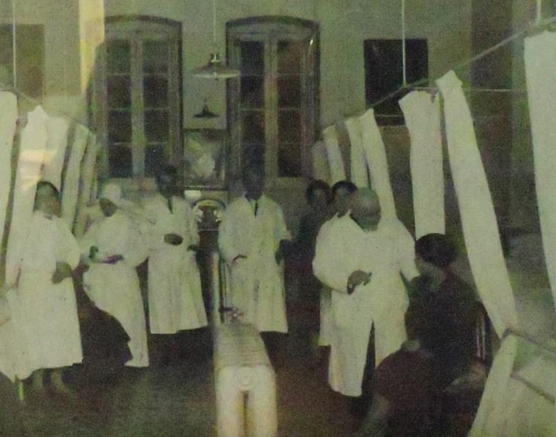 Museo de la Homeopatía - Homeópatas pasando consulta en el Hospital de San José.