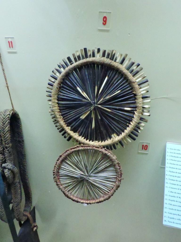 Museo Mundo Negro - Trampas de caza de Kenia. La de arriba está hecha de púas de puercoespín y la de abajo de acacias.