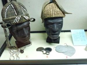 Museo Mundo Negro - Cascos de palma de los Fang, cuchillos de dedo y adornos labiales de los karimoyón.