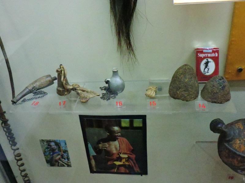 Museo Mundo Negro - Diversas tabaqueras de los sidamo, borana y turkana. La metálica es de los karimoyón. A la derecha, bolas de tabaco para masticar de los Acholi (Uganda)