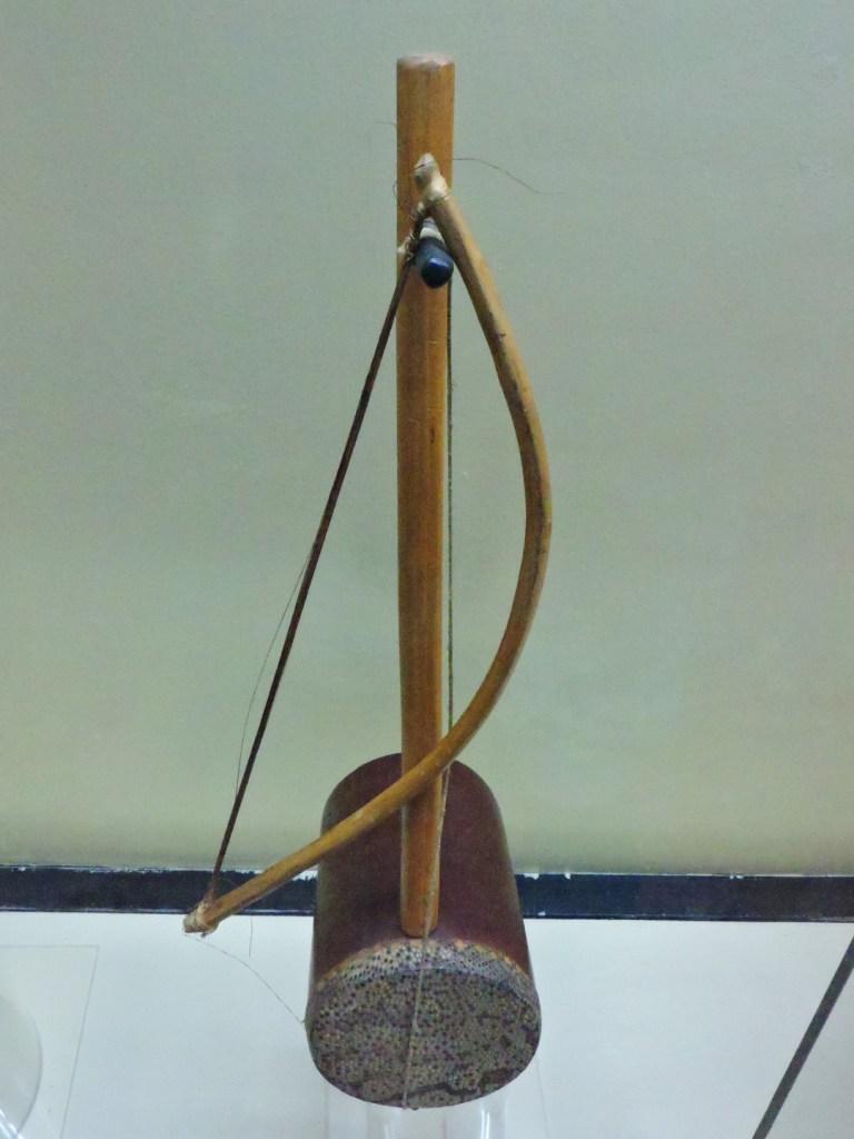 Museo Mundo Negro - Violín monocorde de los luo de Kenia. La caja de resonancia está cubierta de piel de serpiente.