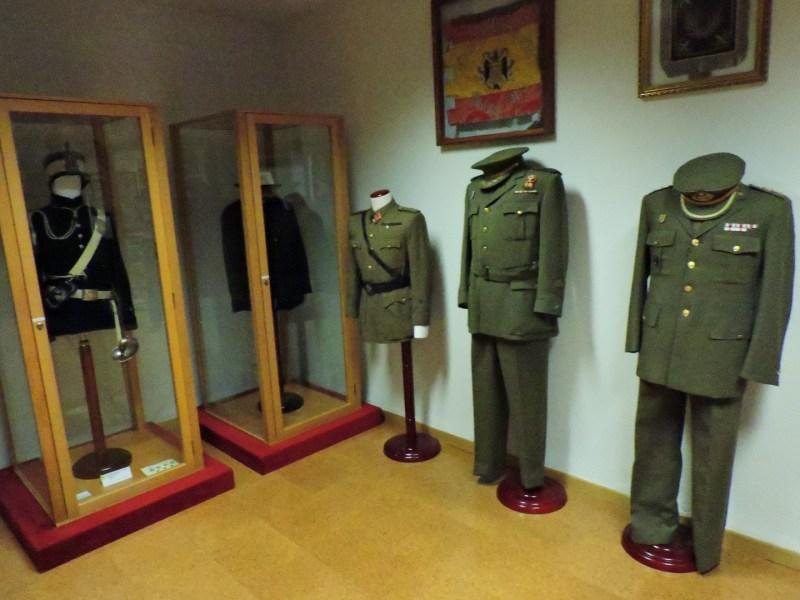Museo Veterinaria Militar - Uniformes de veterinarios militares, muy parecidos a los del Ejército de Tierra, unidad de la que dependieron hasta 1986.