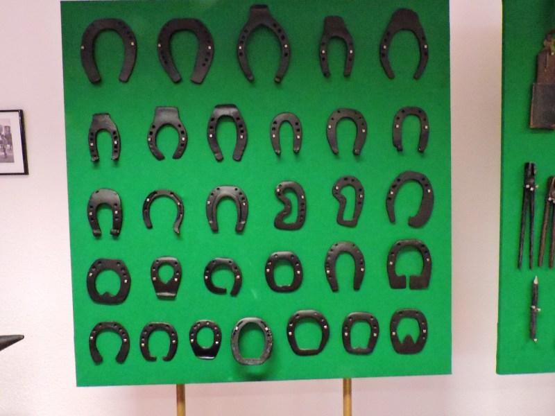 Museo Veterinaria Militar - Colección de herraduras. Los mariscales llevaban distintos tipos de herraduras, que luego adaptaban en la fragua.