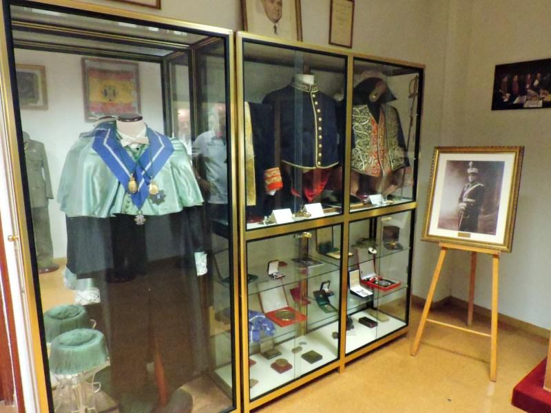 Museo Veterinaria Militar - Uniformes de gala y condecoraciones de los veterinarios militares.