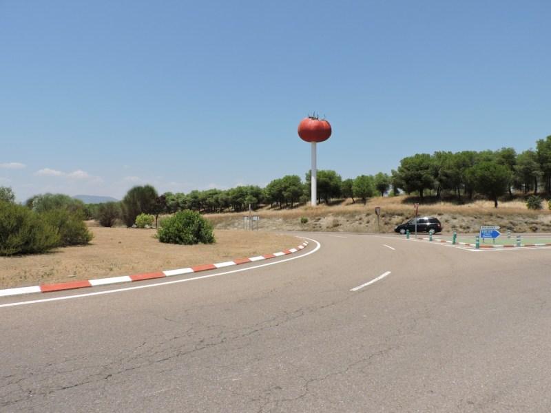 El Tomate - La escultura de El Tomate es inconfundible sobre el paisaje de Miajadas.