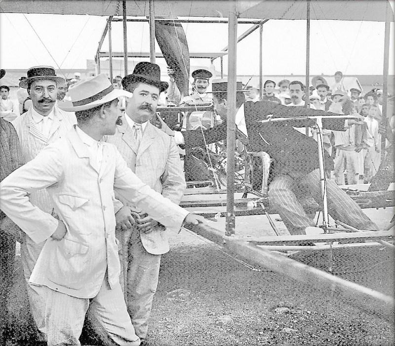 El Vuelo de Juan Olivert - Miembros de la Sección de Aeronáutica del Círculo de Bellas Artes de Valencia, posando con el avión de Olivert (9).
