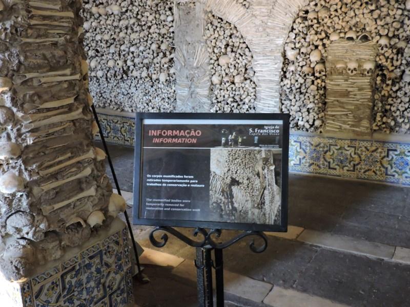 Capilla Huesos Evora - Los esqueletos colgantes han sido retirados para trabajos de restauración.