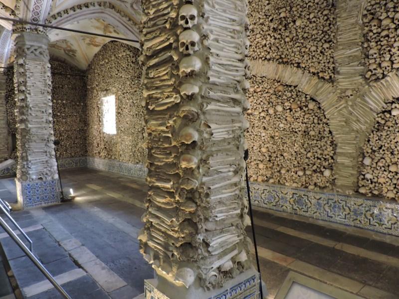 Capilla Huesos Evora - Las columnas de la nave están todas forradas con huesos humanos.