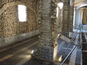 Capilla Huesos Evora - La capilla está formada por una nave central y dos naves laterales más pequeñas.
