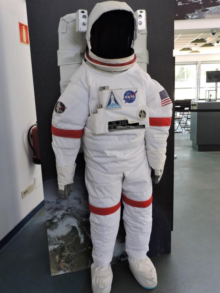Deep Space Network - Red del Espacio Profundo - Madrid - Traje de astronauta para el espacio (EMU, Extravehicular Mobility Unit).