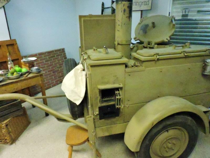 Museo División Azul - En las aberturas se metía el carbón para calentar los contenedores del guiso.