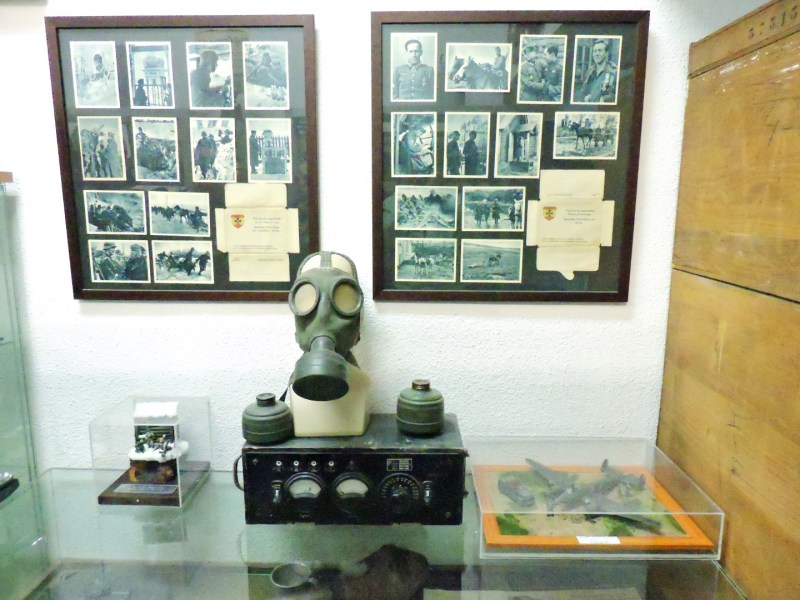 Museo División Azul - Una máscara de gas, un ondulador de corriente (o eso parece) y muchas fotos.