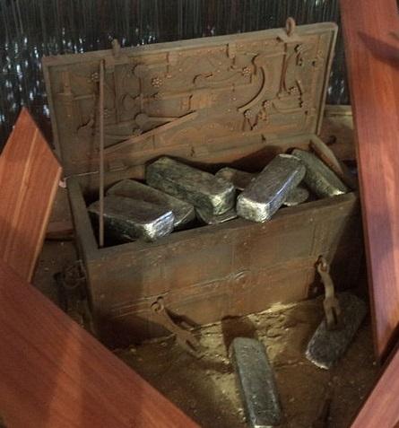 El Galeón de Manila - Arcón con lingotes de plata, similar a los que se transportaban desde México (18).