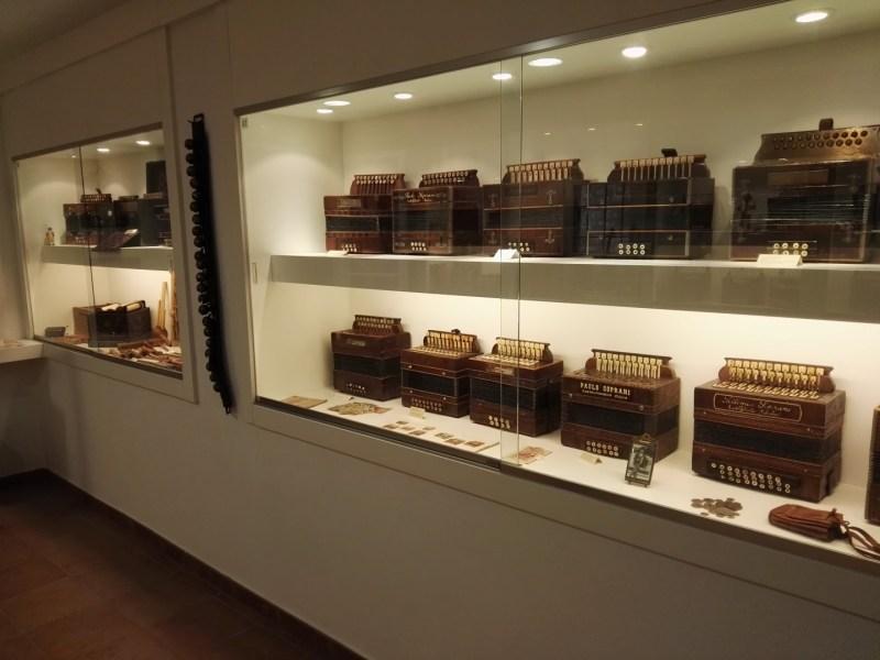 Museo del Acordeón - Las piezas más antiguas están colocadas en vitrinas.