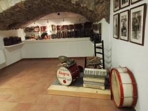 Museo del Acordeón - La llegada del acordeón propició la aparición de charangas y bandas populares.