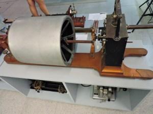 Museo Veterinario Complutense - Quimógrafo, aparato que medía parámetros diversos de forma continua, gracias a un papel enrollado en el cilindro, sobre el que se representaban las mediciones.