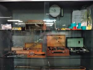 Museo Veterinario Complutense - Sistemas de identificación animal (tatuadores, crotales) y aparatos para medir la calidad de la lana (balda central).